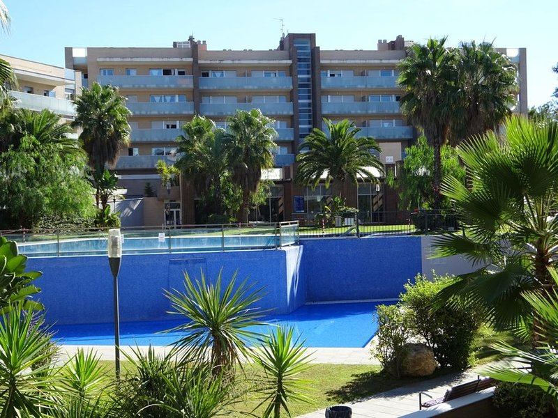 Spacious Apartment 15 mins walk to Port Aventura and 7 mins walk to beach, vacation rental in Salou