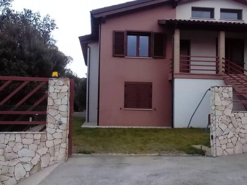 Appartamento in villa privata con giardino, vacation rental in Maddalena Spiaggia