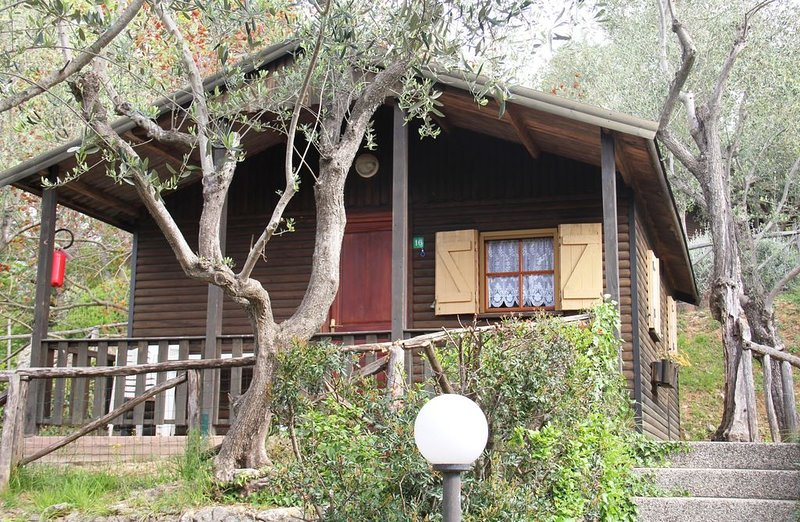 Bungalow trilocale comfort  con accesso al Parco Acquatico 01, vacation rental in Cisano sul Neva