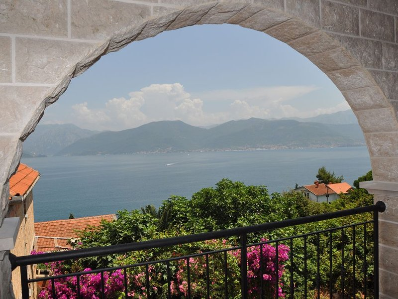 Luxury Azure 2 Bed Apartment with Amazing Views and Infinity Pool, holiday rental in Krasici