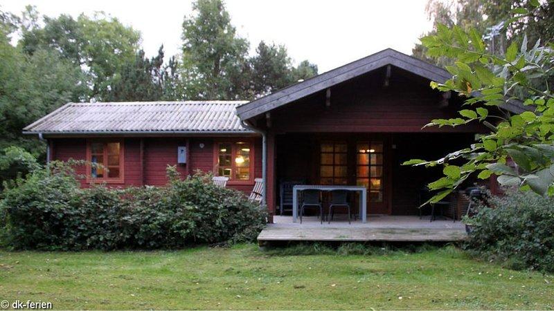 Gemütliches Ferienhaus auf Naturgrundstück, mit einem Bad und Ofen, Ferienwohnung in Marstal