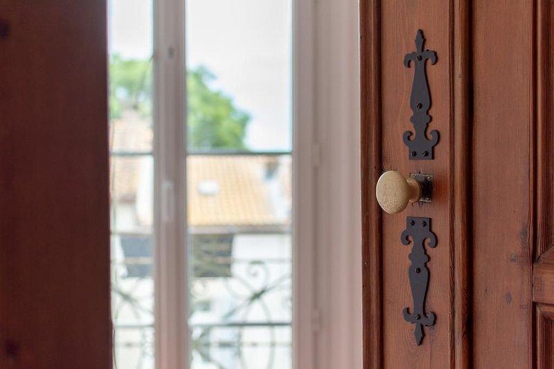 Chambre King or Twin avec vue SdD privée, Climatisation et Petit Déjeuner, holiday rental in Capestang