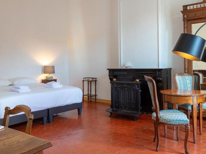 Grande Suite Familiale lumineuse. SdD privée, Climatisation et Petit Déjeuner, holiday rental in Capestang