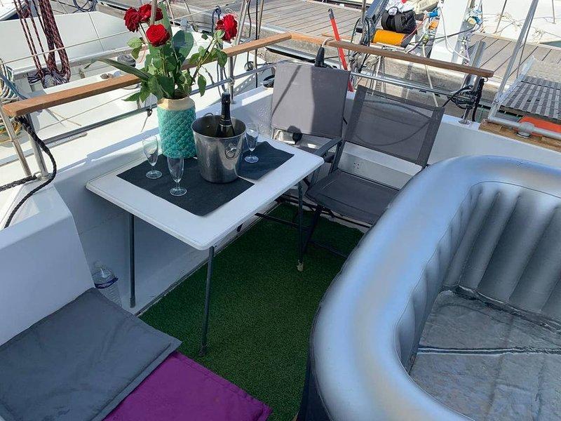 Bateau terrasse Jacuzzi vue mer airport 5 minutes, holiday rental in St-Laurent du Var