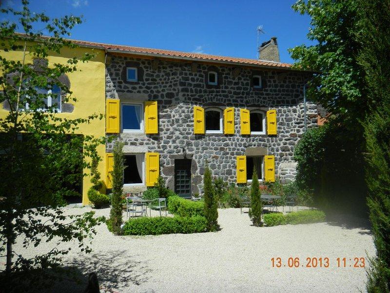 Gîte rural dans le village à 10 kms du PUY EN VELAY, holiday rental in Polignac