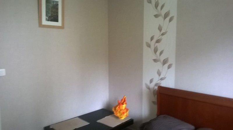 Chambre privée, calme, dans maison indépendante proche des Haras, vacation rental in Hennebont