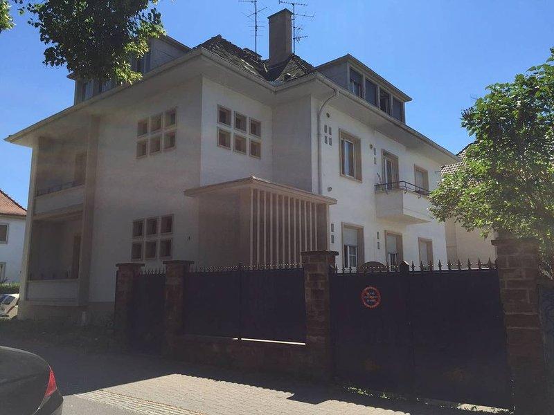 Charmant appartement avec terrasse dans villa, holiday rental in Rheinau
