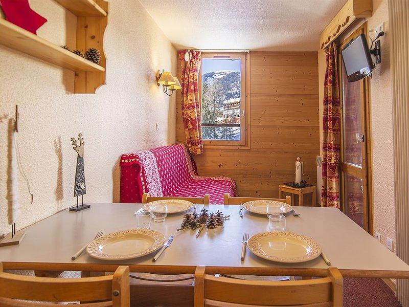 Appt avec balcon pied des pistes et proximité immédiate commerces et services, holiday rental in Doucy