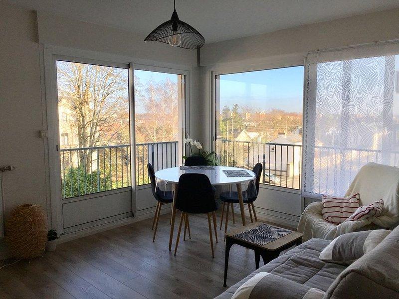 Appartement au 3ème étage avec terrasse et ascenseur, holiday rental in Change