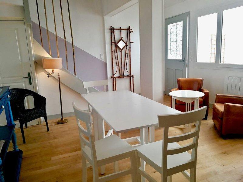 Charmante petite maison de ville sur 3 niveaux, avec jardin de 250 m2., vacation rental in Taillebourg