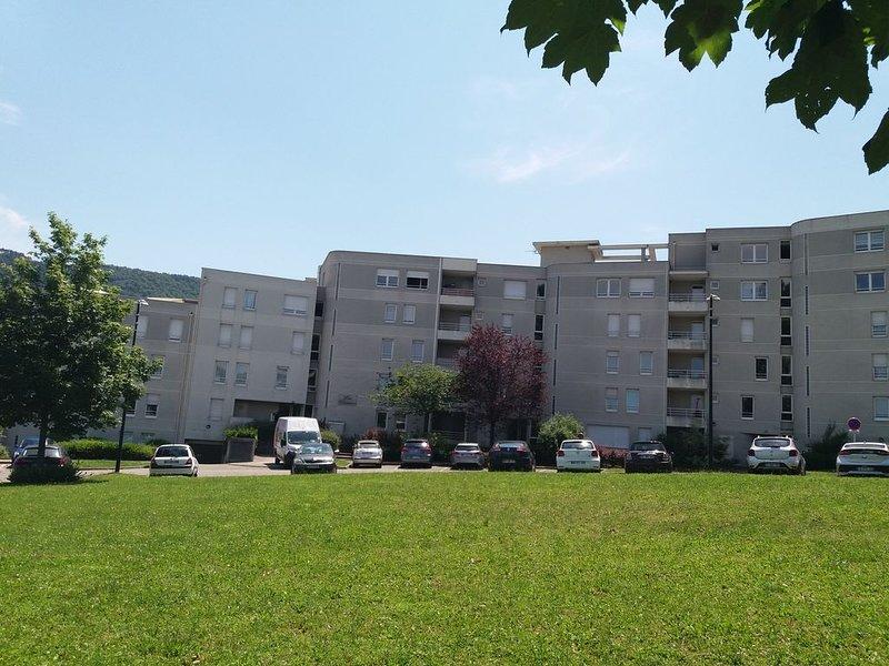 T3 4**** SPACIEUX, AU CALME,  ENTRE LACS ET MONTAGNES, location de vacances à Quintal