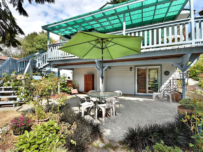 Bright ground level suite in seaside Davis Bay, aluguéis de temporada em Sechelt