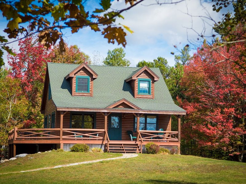 BEAUTIFUL CABIN NEAR WHITEFACE  WITH FIRE PIT AND WRAP AROUND PORCH, holiday rental in Wilmington