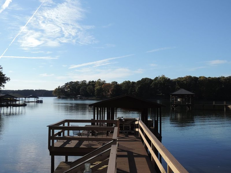 New to VRBO! Outstanding lakefront home with fresh upgrades!, casa vacanza a Catawba