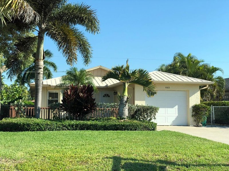 Top's Naples Park Home, sleeps 6 (+ toddler), close to beach, near all!, holiday rental in Naples Park