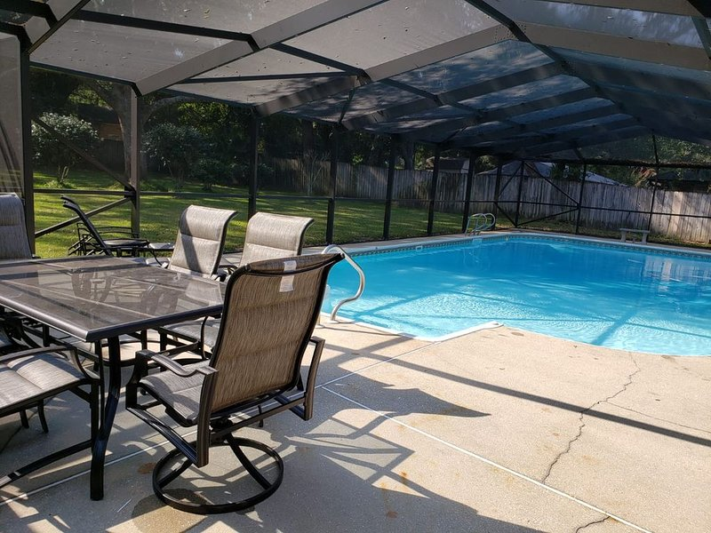 Private Getaway with Screened Pool, Upscale Kitchen, & Large Private Fenced Yard, holiday rental in Milton