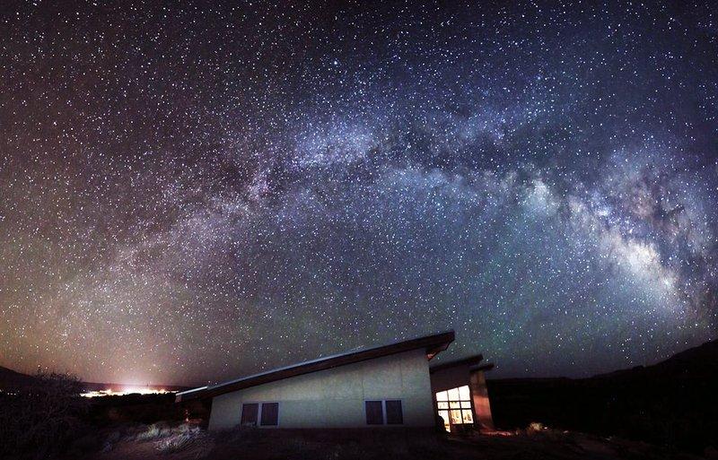 Melkweg stijgt boven Torrey House.