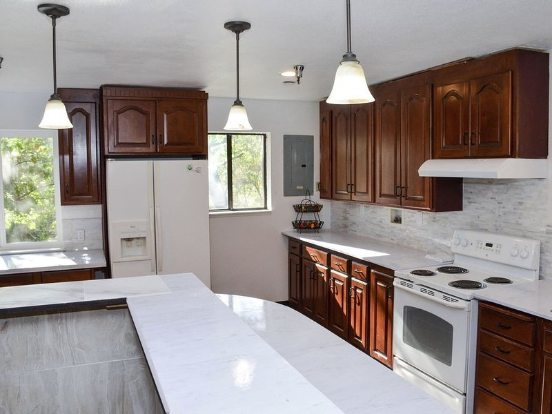 Forest Cottage Large Group Destination Vacation/Sleeps 34 adults and 2 Children, alquiler vacacional en Pilot Hill