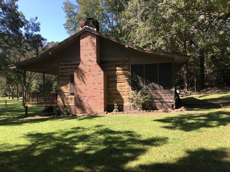 Restored log cabin circa 1847. Located 20 minutes from Oxford, MS., alquiler vacacional en Coffeeville