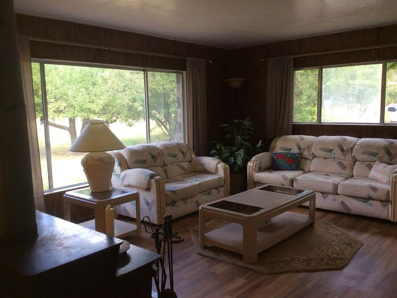 Vacation home between Zion and Bryce, holiday rental in Mount Carmel