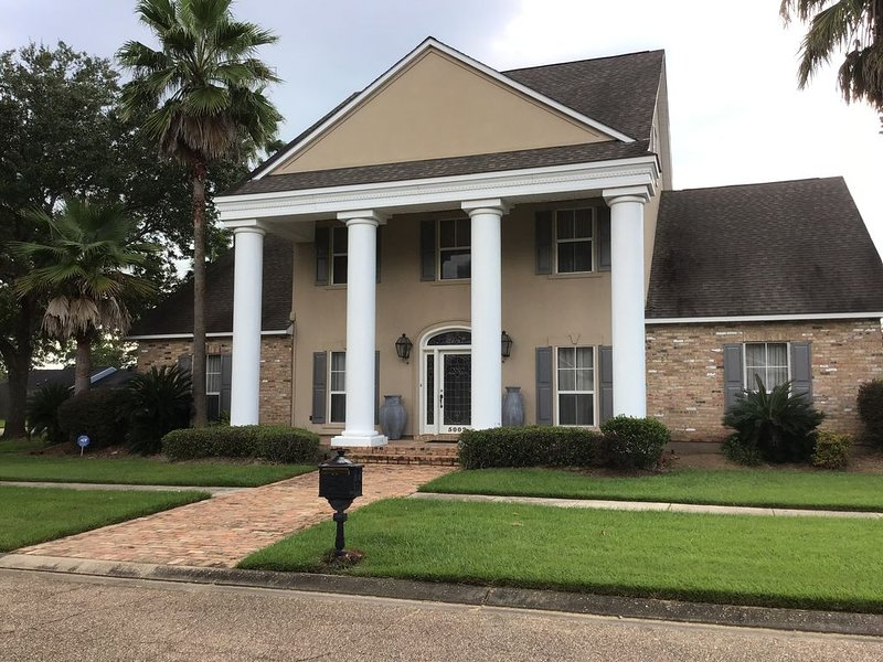 Large Executive 3 bedroom gorgeous entertainment home in Baton Rouge, vacation rental in Inniswold