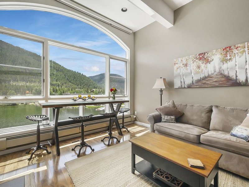 Luxurious Remodeled Lakefront Penthouse with Gorgeous Lake & Mountain Views !, alquiler vacacional en Keystone