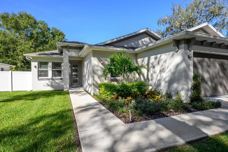 'Luxe at Last' - Luxury Family Home Sleeps 9, holiday rental in Carrollwood
