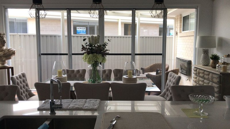 White house Villa with a spa, vacation rental in Deception Bay