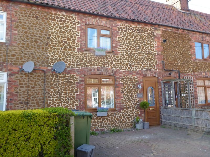 Stunning, newly renovated Norfolk cottage with beach hut, holiday rental in Heacham