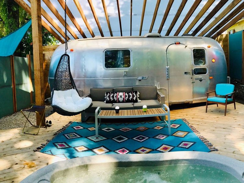 A super modern Airstream Tiny House with a Hot Tub, an amazing deck, and more!, alquiler de vacaciones en Kansas City
