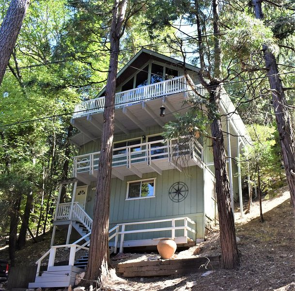 3 story, 3 bedroom, 3 bath cabin with hiking, dining and shopping nearby!, alquiler de vacaciones en Blue Jay