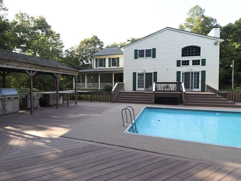 Modern Farmhouse w/ Private Pool, Tennis Court, Gym, By Poconos, 1 Hr from NYC, location de vacances à Hopatcong