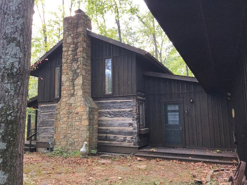 Rustic but comfortable private cabin in the woods, alquiler de vacaciones en Nashville