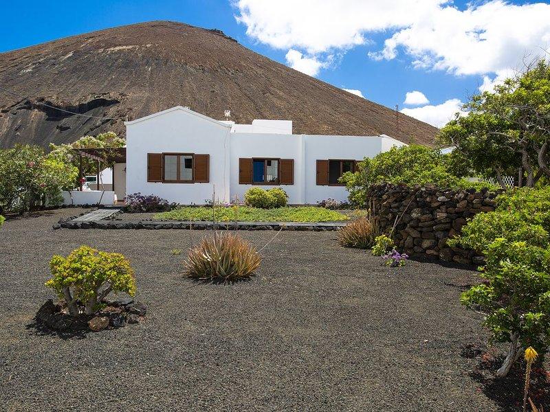 Schönes Haus am Fuße des Berges mit wunderschönem Garten, mehreren Terrassen, tr, holiday rental in Tahiche