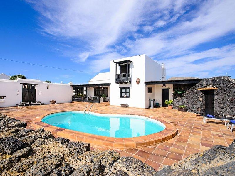 Schöne Villa mit Pool, Balkon, Terrasse und WLAN, holiday rental in Tiagua
