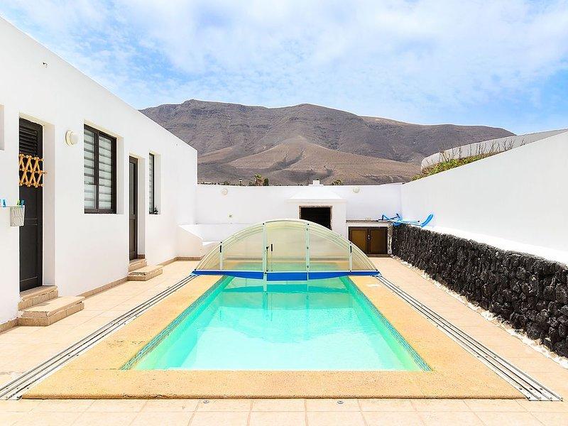 Famara Beach House am Strand mit Pool, Terrasse, herrlichem Blick auf den Ozean/, aluguéis de temporada em Famara