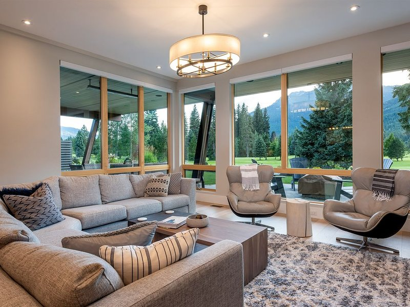 New luxury home backing onto the Nicklaus North Golf Course- Sleeps 8 - Hot tub, holiday rental in Mount Currie