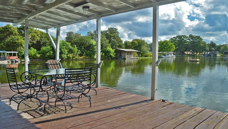This Property Is Literally 'On The Water'!! With an Electric Boat Lift & Wifi, alquiler de vacaciones en Kingsland