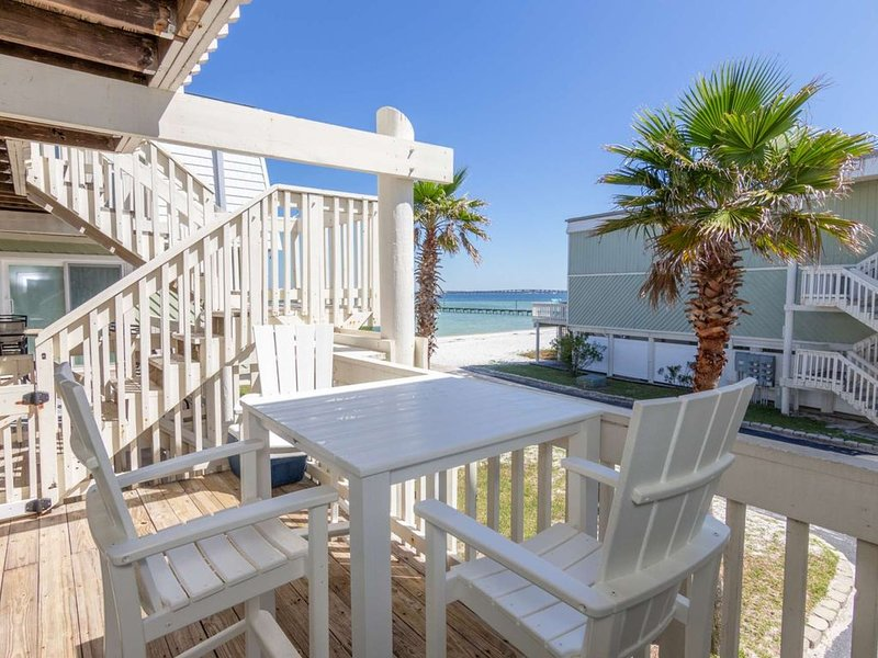Updated Boardwalk Condo-Waterfront-Private Beach-Internet/WiFi-Community Pool- F, holiday rental in Pensacola Beach