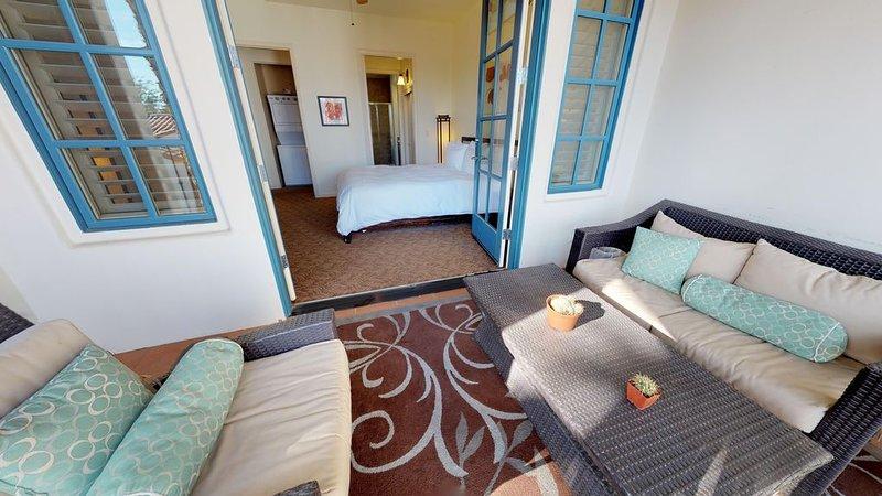 Upstairs One Bedroom Legacy Villas Retreat Overlooking a Community Fountain!, holiday rental in La Quinta