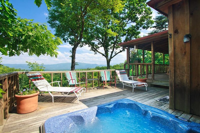 Private Mountain Cabin with Views from TN to NC! HOT TUB, SECLUDED, AND WIFI!, aluguéis de temporada em Cosby