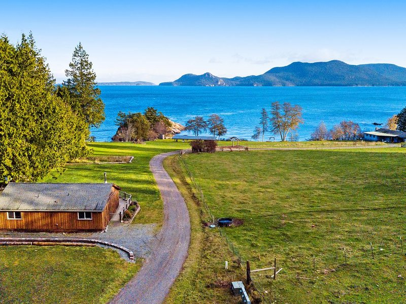 Beachfront cottage on Buoy Bay w/ beach access & boat moor, holiday rental in San Juan Islands