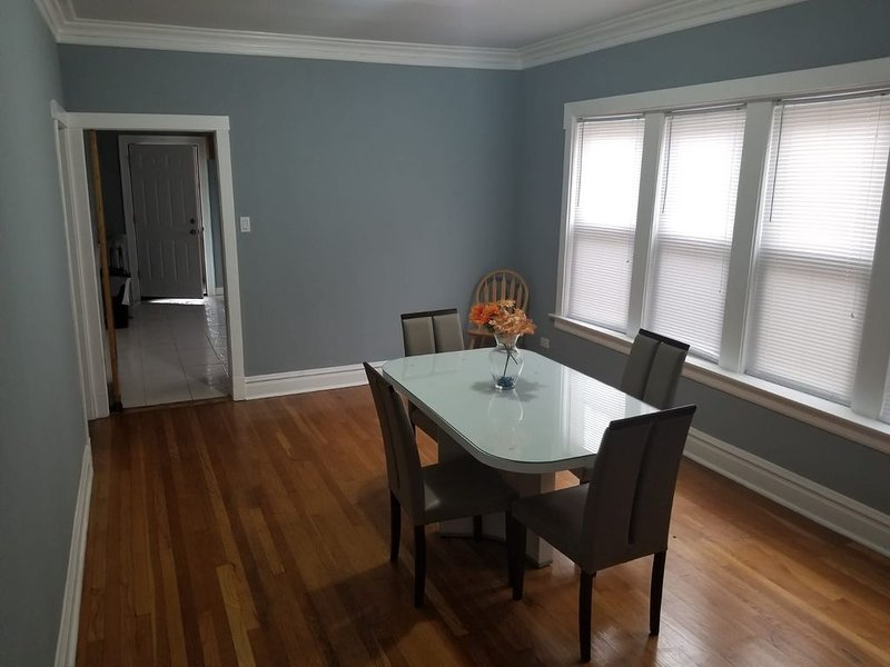 Spacious homely feeling apartment in Jefferson Park, holiday rental in Oak Park