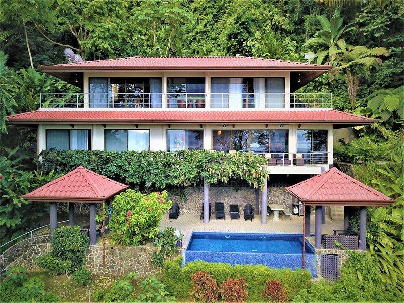 New!!-All Suite House & Killer Views. On-site Staff-Gated Community-Paved Road, aluguéis de temporada em Guapil