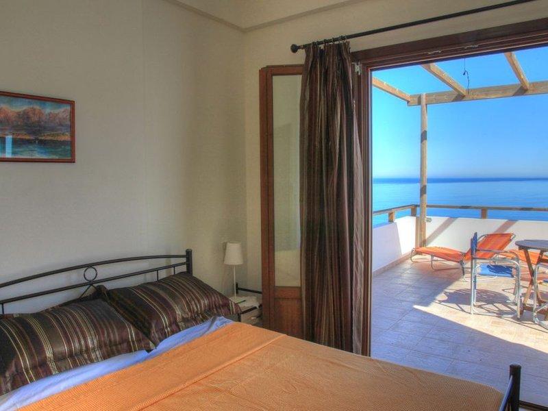 Villa Eirene   Spacious apartment with sea view in small village., location de vacances à Mokhlos