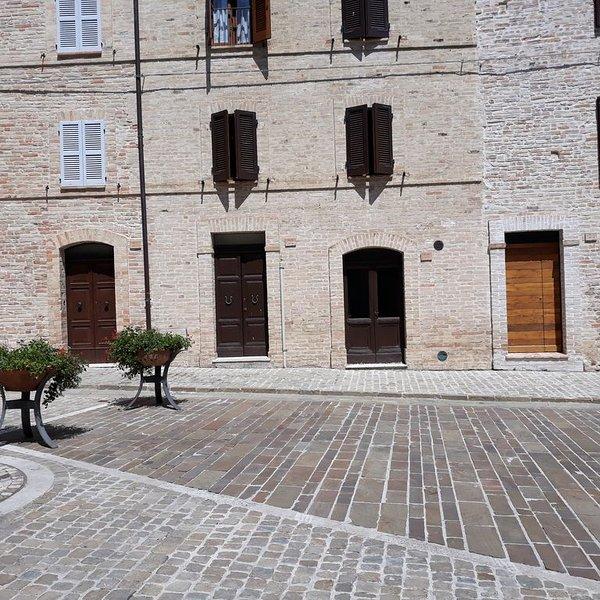 appartamento in antico fabbricato medioevale nella piazza centrale di Moresco, vacation rental in Moresco