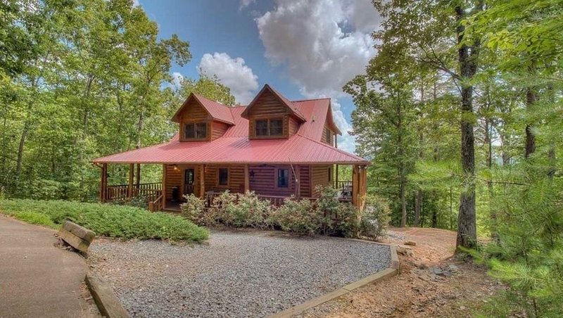 Relax & Enjoy the Year-Round Mountain Views in this Beautiful Blue Ridge Cabin, alquiler de vacaciones en Mineral Bluff