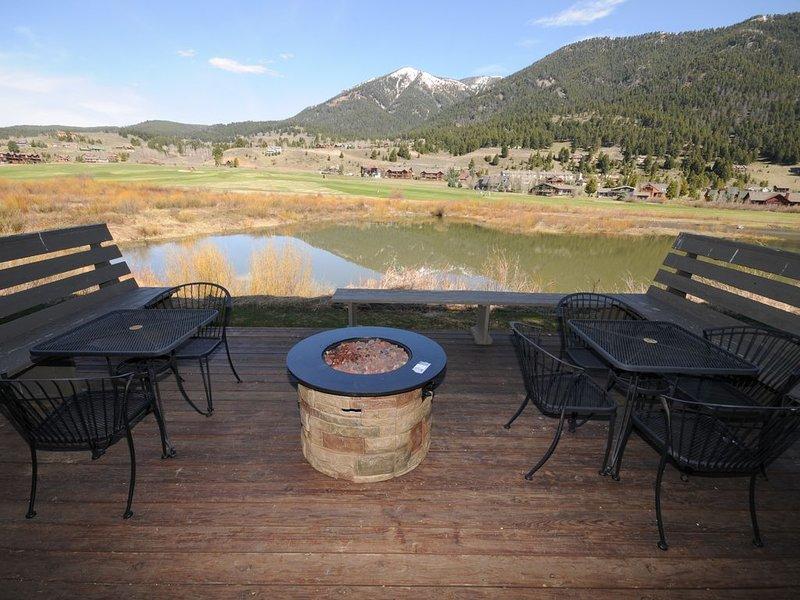 Gorgeous View! Best Deal in Big Sky Winter/Summer: WIFI, HotTub, Pool, Fireplace, aluguéis de temporada em Gallatin Gateway