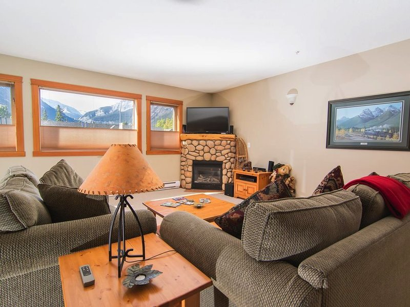 Amazing Rocky Mountain Views: Spacious, Bright, Comfortable Condo, Free WIFI, alquiler de vacaciones en Harvie Heights