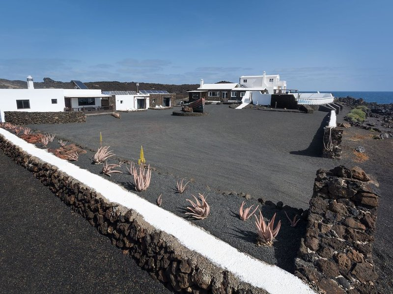 Umweltfreundliches Haus direkt an der Küste mit Salzwasserpool, Terrasse & WLAN, alquiler de vacaciones en Charco del Palo